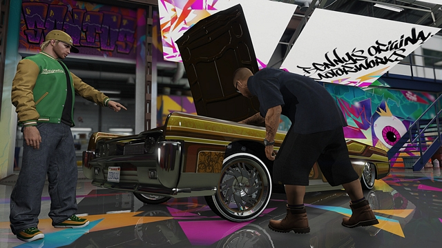 Benny'nin garajında aracını özelleştiren bir oyuncu.