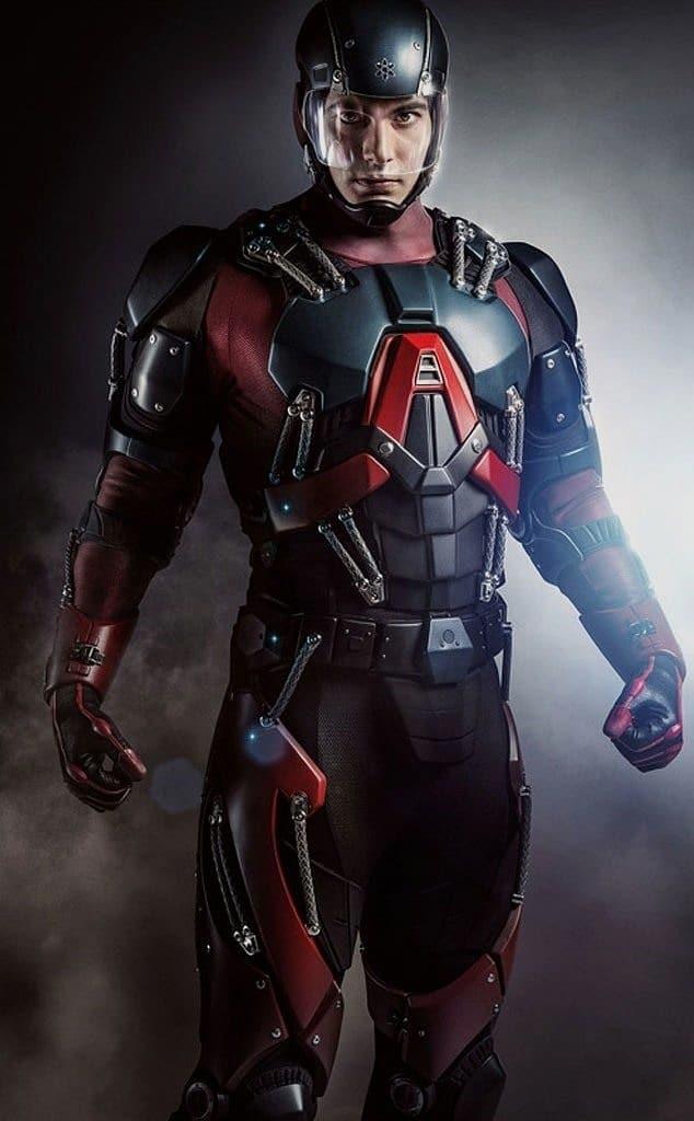 The Legends of Tomorrow versiyonunda Atom kostümünü armor man zırhı kadar teknolojik detaylarla süslü halde görüyoruz.